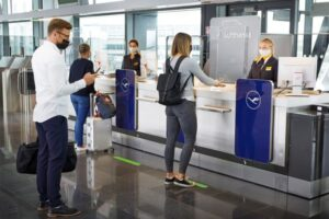 lufthansa_passengers_queue-696x464